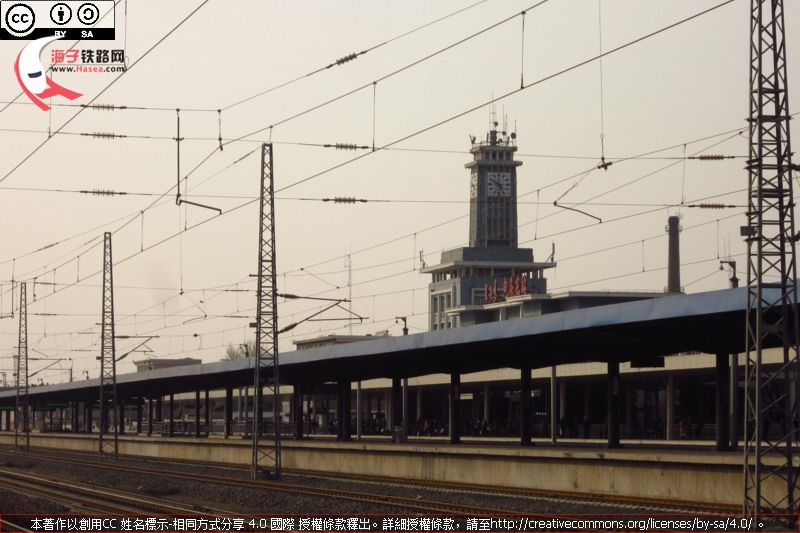 Stopping at Baotou East Sta.JPG